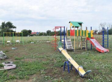 Активисты села Ивановка организовали детскую площадку