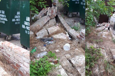 В Сальске на месте контейнерной площадки для сбора мусора остались одни развалины