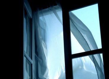 Пожилой житель посёлка Гигант выпал из окна четвёртого этажа
