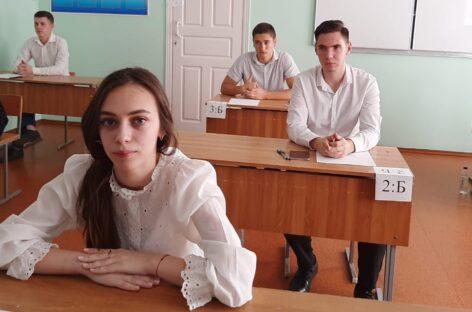 Прямо сейчас одиннадцатиклассники школ Сальского района сдают самый массовый ЕГЭ – по русскому языку