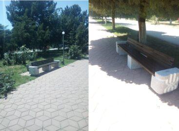 У мемориального комплекса «Поклон» в Сальске появилось 8 новых парковых диванов