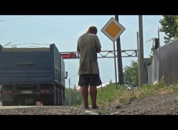 В Сальске, на обочине улицы Трактовой, целыми днями стоит под солнцем больного вида парень