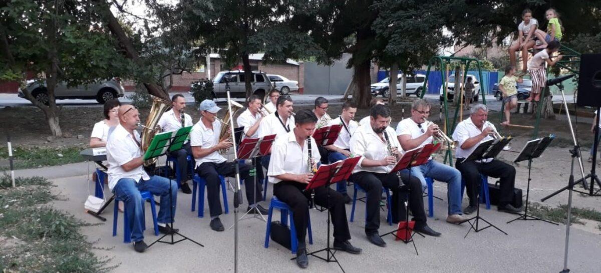 В Сальске праздничное настроение  — от духового оркестра