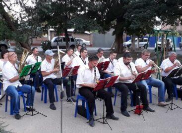 Сальчан ждет концерт духового оркестра во дворе на улице Ленина