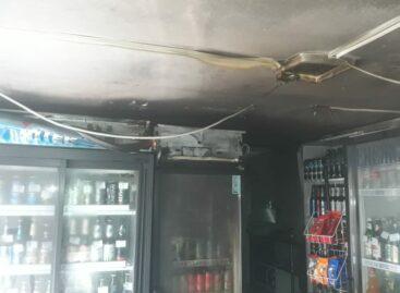 В Сальске из-за замыкания в двигателе холодильника случился пожар в торговом павильоне
