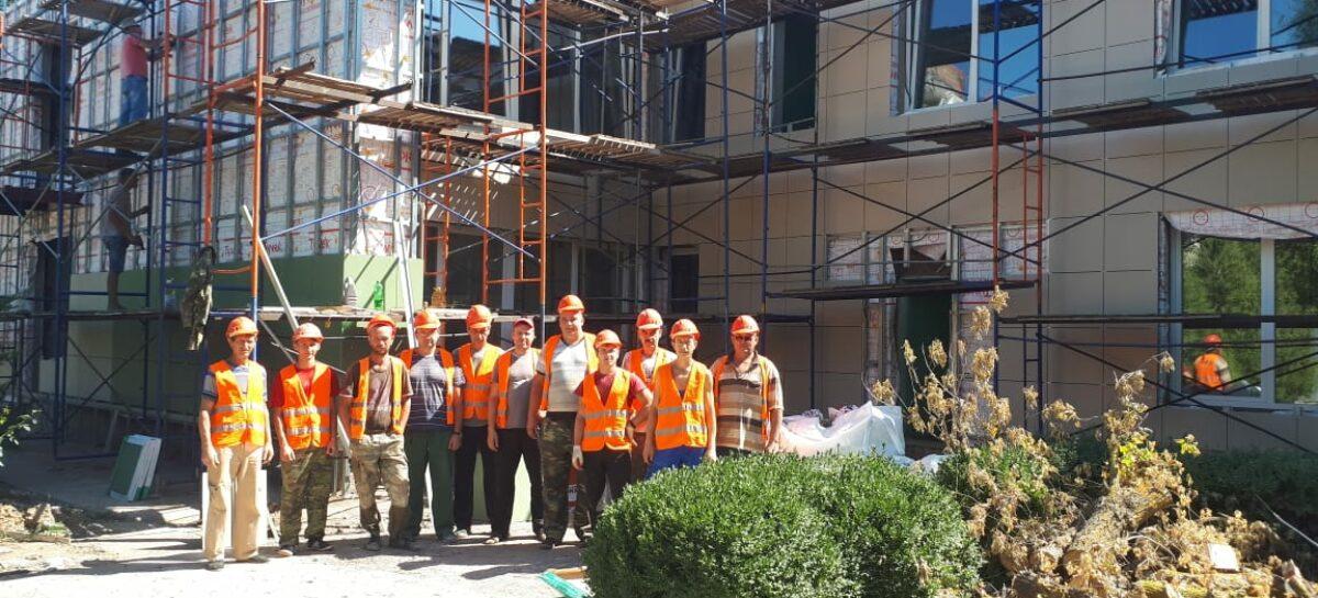 Работают, несмотря ни на что: сальские строители отмечают профессиональный праздник