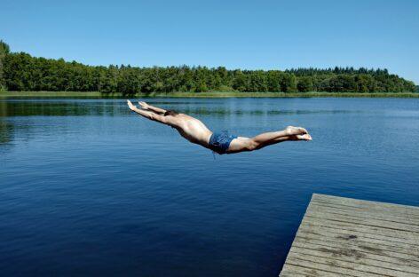Сальчанин прыгнул в воду и получил травму