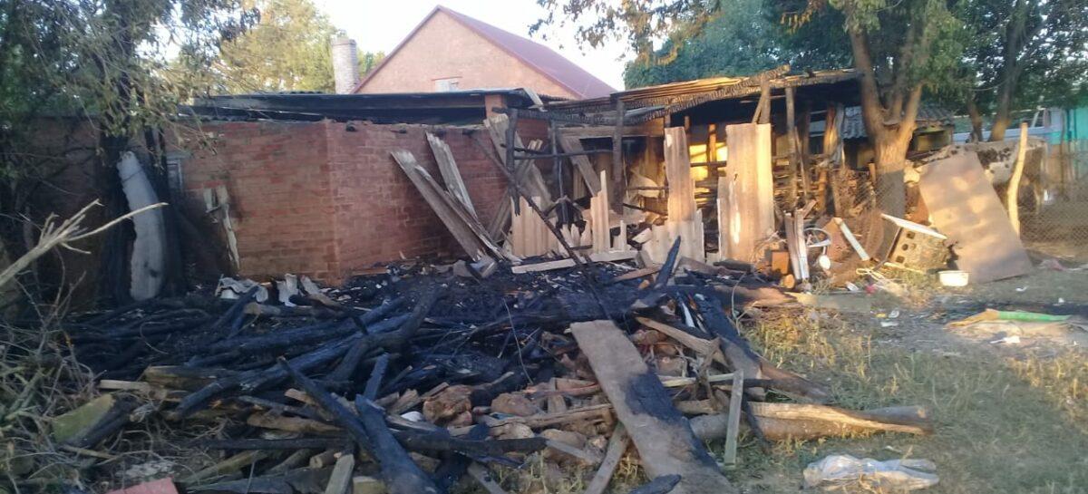 В Ивановке в частном дворе горели хозяйственные постройки