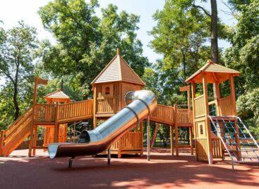 Губернаторский проект «Сделаем вместе!»: в парке Таганрога обновили детскую площадку