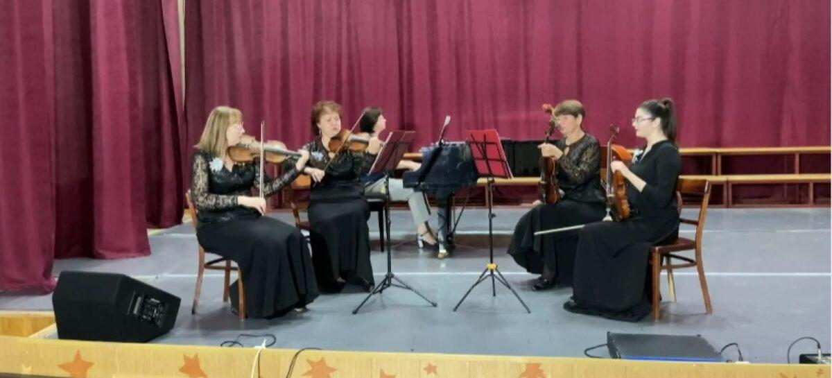 Музыка и стихи земляка: муниципальный камерный ансамбль поздравил сальчан