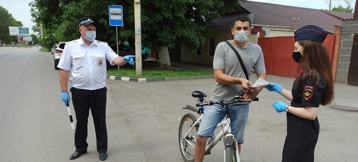 Сотрудники ГИБДД следят за порядком на дорогах Сальского района