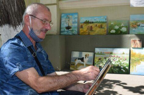 Уличный художник из Абхазии готовится к ежегодной осенней выставке