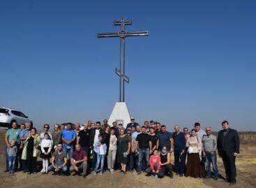 На въезде в Сальск со стороны села Песчанокопское установлен поклонный крест