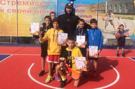 Сальские школьники успешно сыграли в Волгодонске в уличный баскетбол