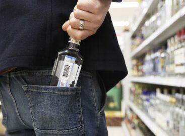 В одном из сальских гипермаркетов с полок похитили алкоголь и сладости