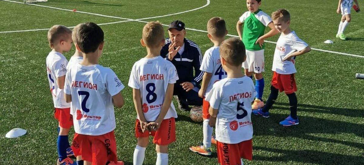 Младшеклассники-футболисты оттачивают мастерство на поле
