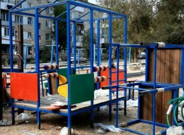 В микрорайоне «Семь ветров» начали устанавливать детский городок