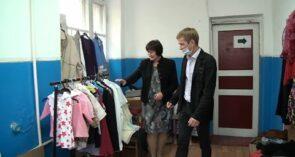 В Сальске, на улице Осипенко, 36, помогают нуждающимся в вещах