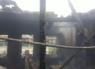 В Сальском районе полностью сгорел дом, где проживала многодетная семья