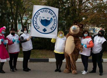 Сказочные герои на улицах Сальска и посёлков района благодарят жителей, которые носят маски