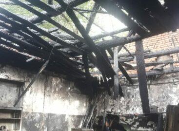 В Сальске из-за короткого замыкания загорелся гараж