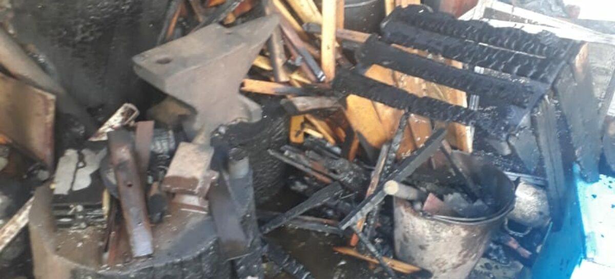 В Сальском районе пожилой мужчина пытался сам потушить пожар, но не смог