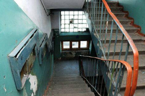 Жильцы многоквартирного дома в Сальске устали жить с облупившейся краской на стенах в подъездах