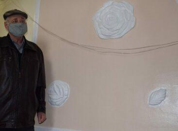 В подъезде одного из многоквартирных домов в Сальске появились лепнина и картины
