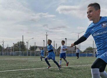 Успели сыграть на поле: детский футбольный клуб «Чайка» провел товарищеский матч