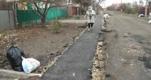 На улице Коминтерна постелили тротуарную дорожку