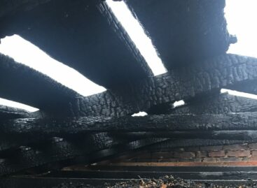 В посёлке Юловском пожар охватил крышу летней кухни