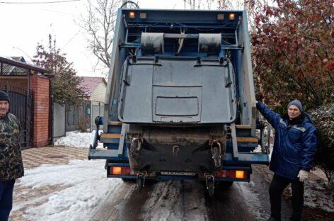 Коммунальщики и в условиях непогоды готовы вывозить мусор по графику