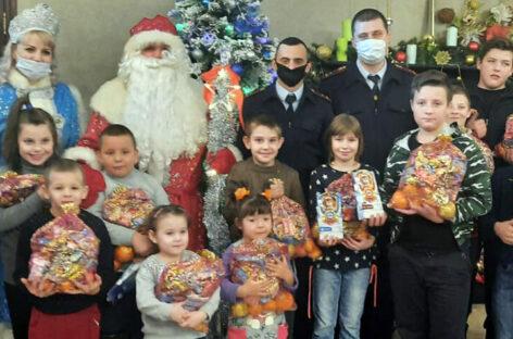 В Сальске транспортные полицейские присоединились к акции «Полицейский Дед Мороз»