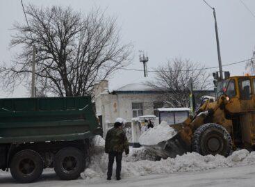 Прохожие пробивали себе дорогу в сугробах, а водители едва справлялись с управлением на заснеженных дорогах