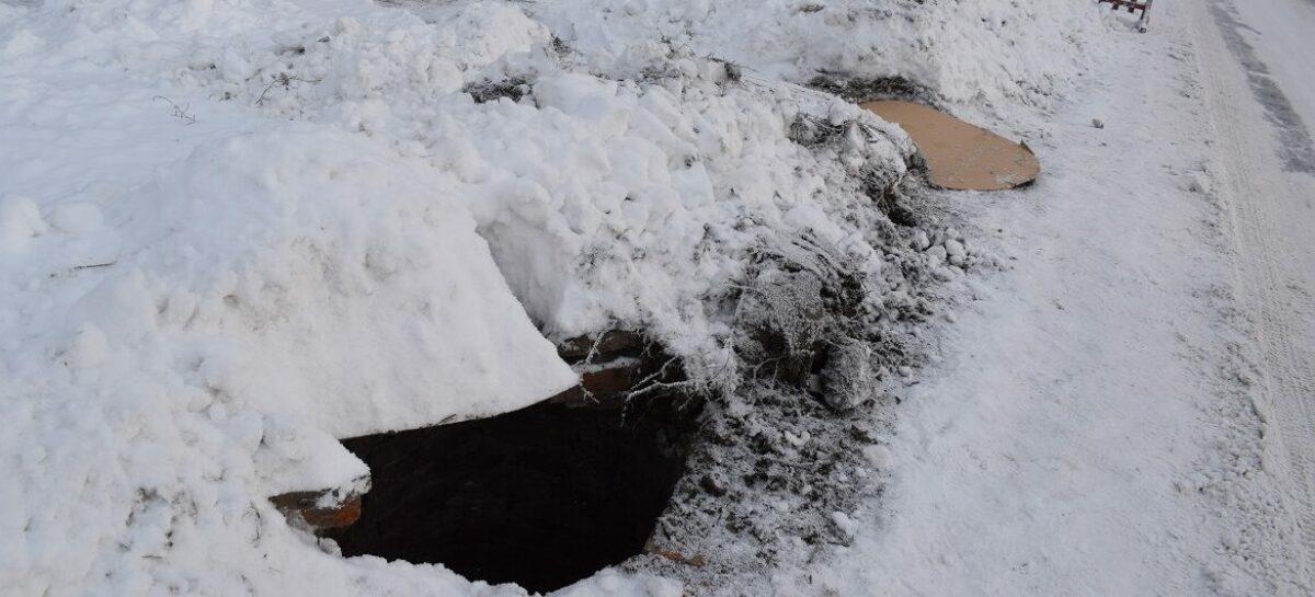 На улице Крупской в Сальске водопроводные люки во время чистки снега срезало как ножом