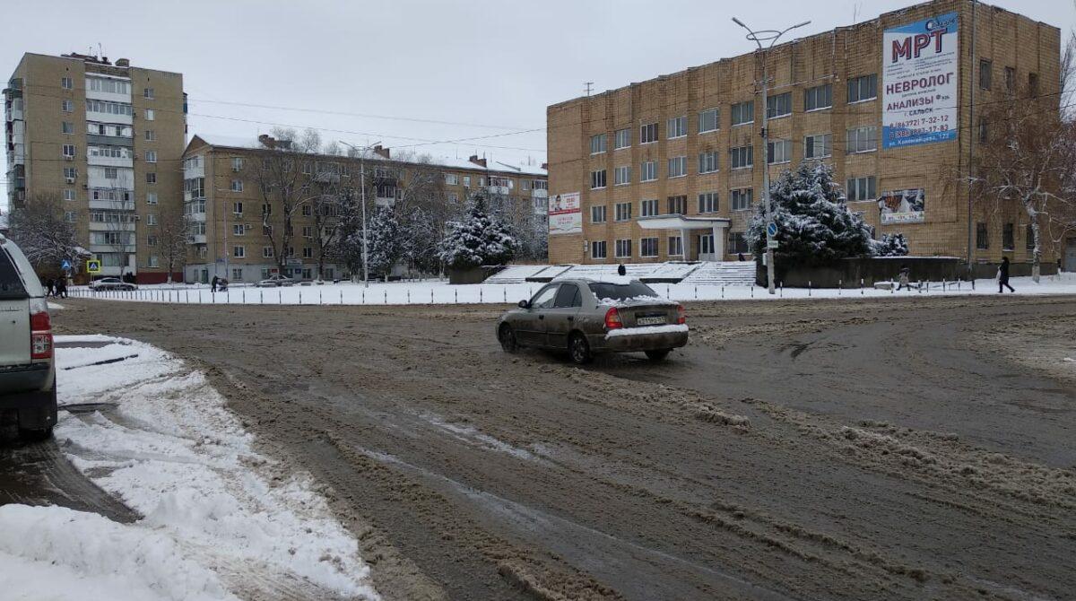 ГИБДД Сальска напоминает водителям и пешеходам о внимательности на дорогах зимой