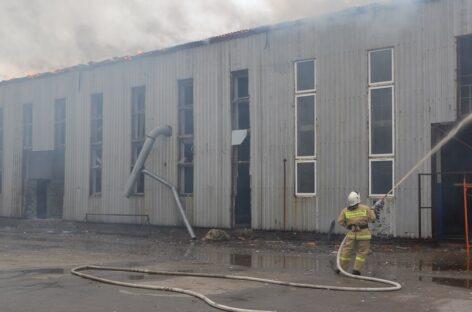 В Сальске потушили серьёзный пожар на территории бывшего винзавода: как это было