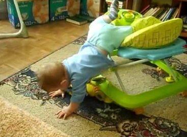 В Сальске годовалый малыш выпал из ходунков