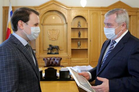 Василий Голубев вручил «Учителю года-2020» сертификат на квартиру