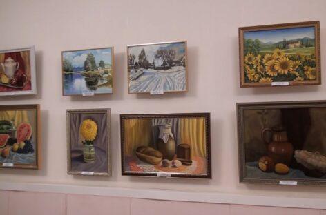 С нуля до своих картин: в Сальске можно посмотреть выставку творческого объединения «Радуга»