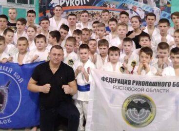 Мастер-класс от мастера спорта международного класса по рукопашному бою Александра Зайцева получили сальские ребята