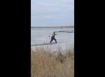 В Сальском районе любителя подлёдного лова спасли, в Весёловском — это не удалось