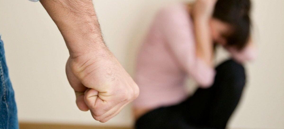 В Сальске сын ногами избил мать