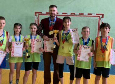 Мальчишки и девчонки Сальской ДЮСШ обыграли всех в стритбол в Орловском