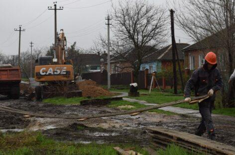 Строители уложили четверть запланированного объёма трубы нового канализационного коллектора