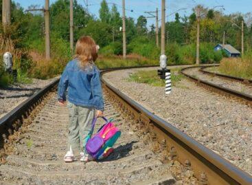 Детям не место на железной дороге, напоминает инспектор отделения по делам несовершеннолетних Сальского ЛО МВД