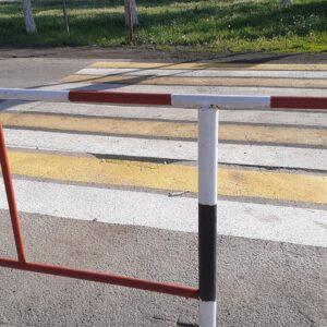 У сальской школы появился пешеходный переход, упирающийся в железное ограждение
