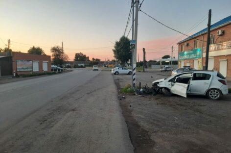 В Сальске, на Трактовой, 24-летний водитель устроил аварию