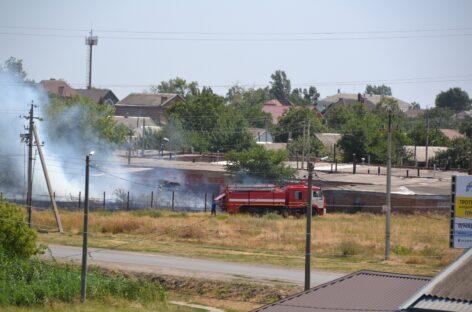 В Сальске потушили возгорание сухой травы у гаражей на улице Седова