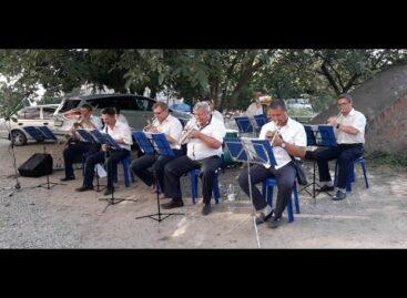 В одном из микрорайонов Сальска играл духовой оркестр